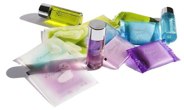 Na zdjęciu różne kosmetyki, w tym opakowania maseczek w płachcie.