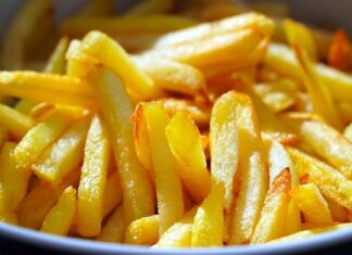 Idealnie chrupiące frytki na talerzu