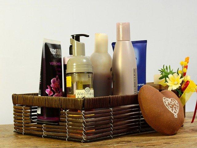 10 kroków koreańskiej pielęgnacji - spora ilość kosmetyków, z których każdy ma inne zadanie. Na zdjęciu kosz z kosmetykami.