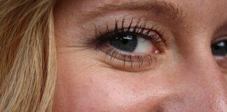 Sposoby na zmarszczki: jak ich uniknąć? Na zdjęciu twarz kobiety w przybliżeniu z widocznymi zmarszczkami wokół oka.