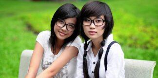 10 kroków koreańskiej pielęgnacji - sekret urody koreanek. Na zdjęciu dwie młode Azjatki siedzące na ławce w parku.
