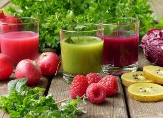 Jakie są wady i zalety diety sokowowej, która nie do końca jest zdrowa. Na djęciu mamy przykładowe soki i smoothie z malin, sałaty, jabłek i kapusty.