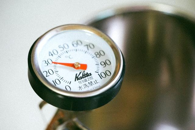 Klasyczny termometr analogowy z ruchomą wskazówką to jeden z najprostszych typów termometrów do żywności