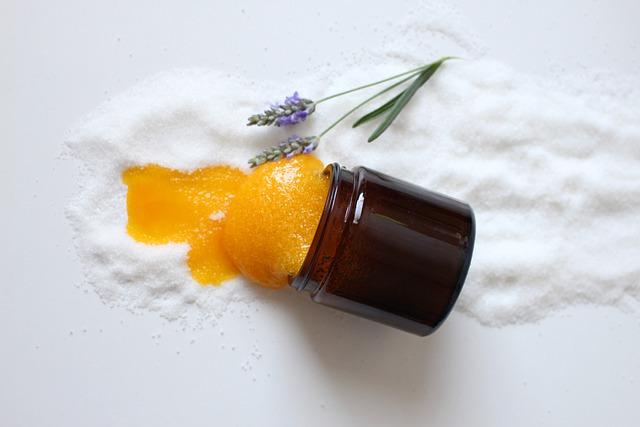 Peeling do ust w wersji cukrowej - nie tylko pomaga na usta, ale świetnie smakuje. Na zdjęciu peeling z miodu i cukry w słoiczki.