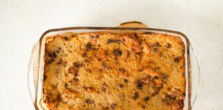 Idealna babka ziemniaczana, jak ją zrobić? Na zdjeciu pięknie wypieczona brązowa babka ziemniaczana w naczyniu żaroodpornym.