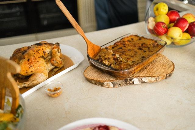Babkę ziemniaczaną tradycyjnie podaje się jako dodatek do obiad lub samodzielne danie w obecności sosu. Na zdjęciu w towarzystwie pieczonej kaczki i sałatki.
