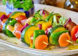 Dieta Cambridge zawiera zaledwie 600 kcal dziennie. JEst to mniej więcej tyle co szaszłyki na zdjeciu.