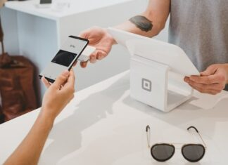 W jaki sposób płacić telefonem? Bardzo prosto! wystarczy tak jak na zdjęciu zbliżyc telefon do terminala płatniczego.