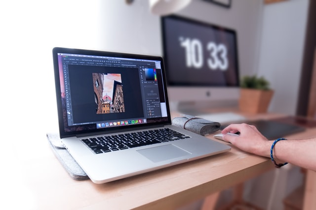 Większość aplikacji do obróbki zdjeć pozwala je przechowywać w chmurze, dzieki czemu łątwo możesz je pobrać na laptopa