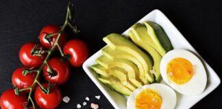 Dieta ketogeniczna opiera się na posiłkach białkowo-tłuszczowych jak jajko i awokado.