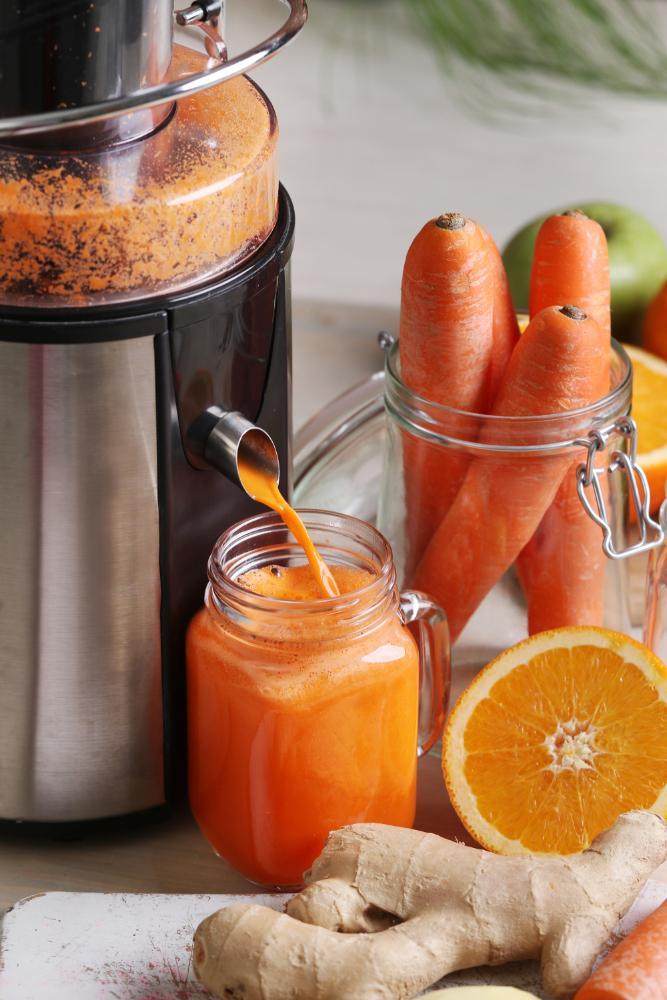 Świeżo wyciśnięty sok to świetna alternatywa do wprowadzenia zdrowych nawyków w naszej diecie. Na zjęciu sokowirówka wyciskająca sok z marchwi.