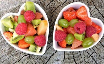 Frutarianizm opiera się na jedzeniu tylko świeżych owoców. Dlatego sałatki owocowe są podstawą tej diety