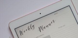 Aplikacje z listami zadań ułatwiają planowanie całego tygodnia - planer tygodniowy wyświetlony na tablecie