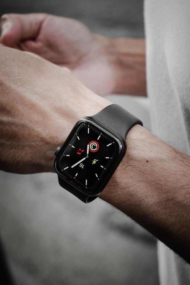 Klasyczny zegarek mechaniczny z wyświetlaczem to najtańsza opcja.