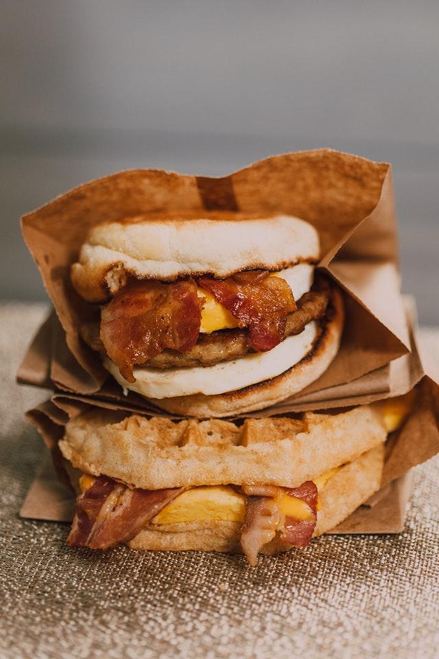 Dieta ketogeniczna często opiera się o niezdrowe jedzenie pełne tłuszczów. NA zdjęciu kanapki z jajkiem i bekonem w bułkach niskowęglowodanowych.