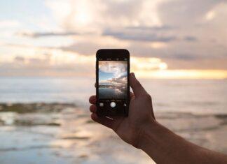 Jak wybrać nowy telefon? Na zdjęciu osoba trzymająca telefon i robiąca zdjęcie.