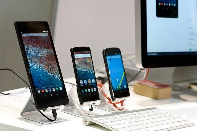 Ilość opcji na rynku jest kosmicznie wielka, więc aby wybrać coś idealnego dla nas musimy zawęzić kryteria. Chociazby rozmiar ekranu - na zdjęciu trzy telefony z ekranami od 4 do 7 cali.