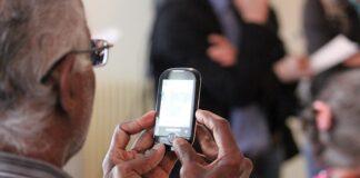 Telefon dla seniora to konieczność w tych czasach - dzięki niemu będzie miał możliwość kontaktu z rodziną.